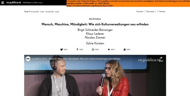 Screenshot der Webseite https://19.re-publica.com/de/session/mensch-maschine-mundigkeit-sich-kulturverwaltungen-neu-erfinden; Birgit Schneider-Bönninger mit Mikrofon spricht, links von Ihr sitzt Nicolas Zimmer