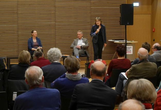 Foto des Bonner Stadtgesprächs des Forum Stadt Bau Kultur e.V. mit Lissi von Bülow, dem Moderator Michael Lobeck und der Leiterin der Volkshochschule Bonn, Ingrid Schöll.
