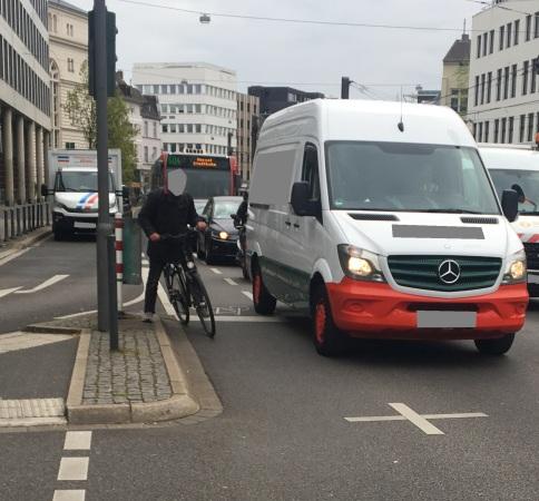 Foto eines einen Radfahrer an einer Ampel in Bonn bedrängenden Lieferwagens