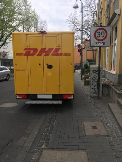 Foto eines Paketfahrzeuges, dass im Halteverbot auf einem Gehweg in Bonn parkt