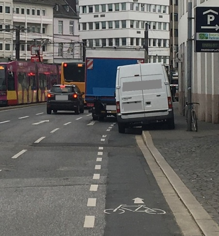Foto eines auf einem Radweg in Bonn parkenden Lieferwagens