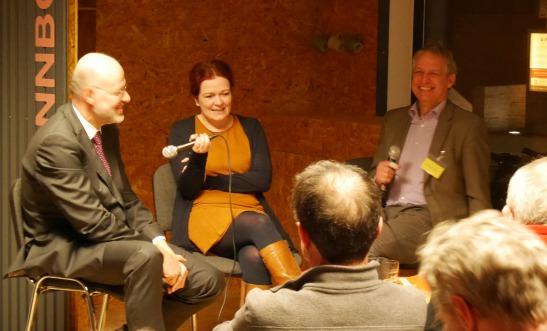 Foto eines Fragen stellenden Besuchers, von Katja Dörner und Michael Lobeck beim Bonner Stadtgespräch des Forum Stadt Bau Kultur Bonn e.V. am 5.2.2020 im Pavillon Budapester Straße