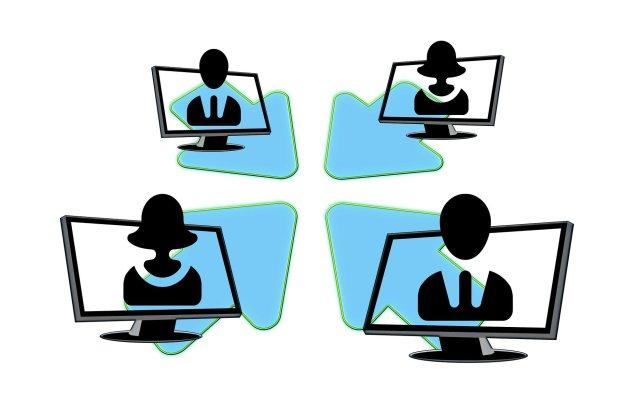 Illustration von vier Personen, die jeweils auf einem Bildschirm auftauchen und Pfeilen, die von ihnen in die gemeinsame Bildmitte zeigen.